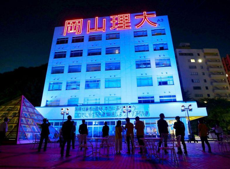 青色にライトアップされた建物